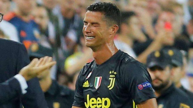 Trước khi rời sân trong giàn giụa nước mắt, Ronaldo nói đúng 1 câu với trọng tài khiến ai cũng uất ức thay anh